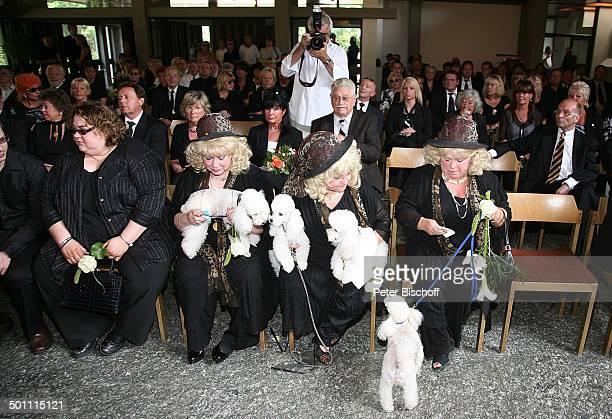 Eva Jacob Tochter Angela Jacob Schwester Rosi Jacob Schwester Johanna Jacob mit ihren Pudeln Beisetzung und Trauerfeier von Hannelore Jacob dahinter...