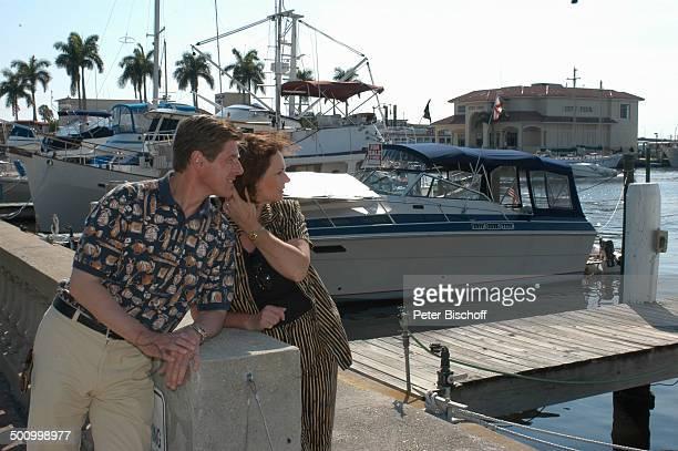 """Eva Kummeth, Ehemann Horst Hummeth, am Rande der Dreharbeiten zum ZDF-Film """"Florida-Träume"""", Yachthafen von Fort Myers, USA, Amerika, Urlaub,..."""