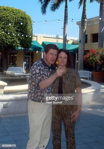 """Eva Kummeth, Ehemann Horst Hummeth, am Rande der Dreharbeiten zum ZDF-Film """"Florida-Träume"""", Einkaufszentrum von Fort Myers, """"Saks Fith Avenue"""", USA,..."""