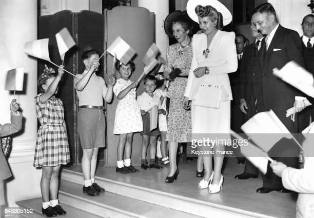 Eva Peron, femme du Président argentin est accueillie par des enfants agitant des drapeaux à son arrivée à l'hôtel Ritz - Elle est accompagnée de Mme...