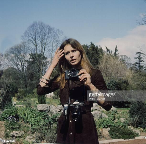 Eva Renzi ARDDurbidgeMehrteiler Das Messer England Hereford Wales Baum Zaun Kamera Fotoapparat Schauspielerin Promis Prominente Prominenter