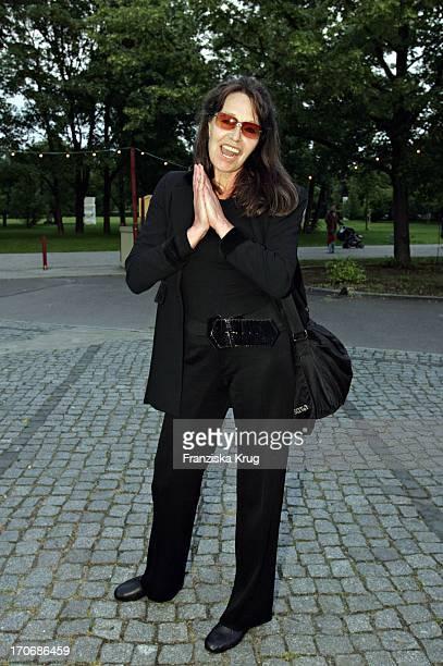 Eva Renzi Bei Der Ankunft Zur Uraufführung Der Show Mit Gitte Wencke Siw Im Tipi Zelt Am Kanzleramt In Berlin Am 020604