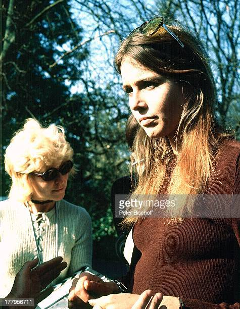 Eva Renzi dahinter Statistin ARDKrimi Das Messer nach Francis DurbridgeRoman vom WDR Hereford Wales England Großbritannien Europa Schauspielerin