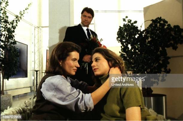 'Eva und Luise', D 1996, Regie: Clemens Keiffenheim, JULIA HEINEMANN, ROBERT JARCZYK, ANETTE NIGGLI, Stichwort: Umarmung, Frauenliebe.