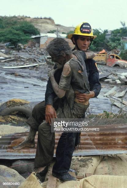 Evacuation de blessés après l'éruption du volcan Nevado del Ruiz le 14 novembre 1985 à Armero, Colombie.