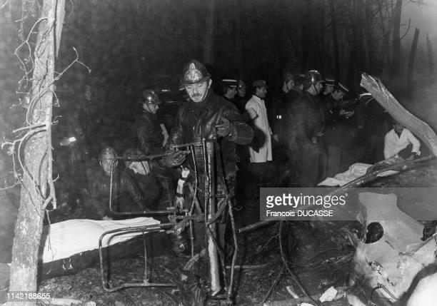 Evacuation des corps des victimes du crash du vol vol Air France 1919 faisant la liaison de Bruxelles à Bordeaux, à Eysines, le 21 décembre 1987, en...