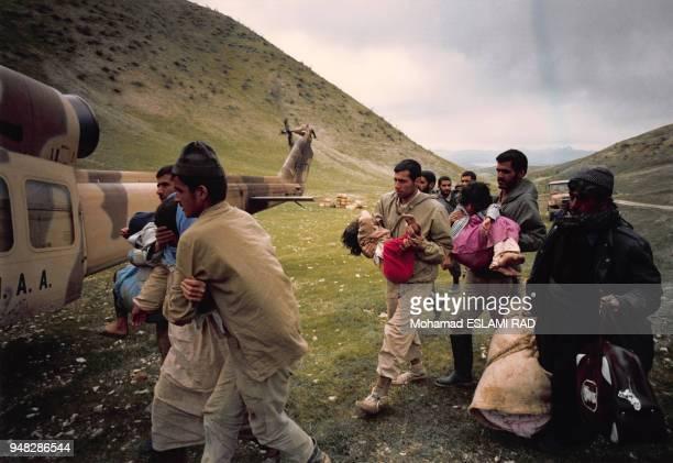 Evacuation des victimes civiles kurdes après les attaques chimiques au gaz perpétrées par l'armée irakienne en mars 1988 à Halabja, Irak.