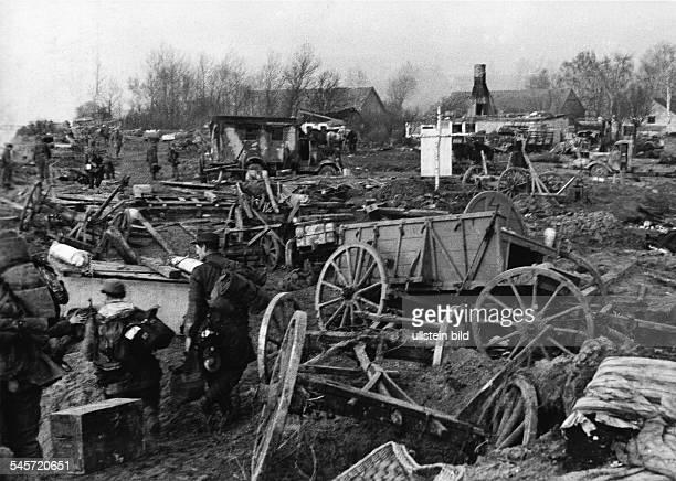 Evakuierung der Panzergrenadierdivision GrossDeutschland aus Balga über das Frische Haff nach Hela Soldaten zwischen den Überresten der...