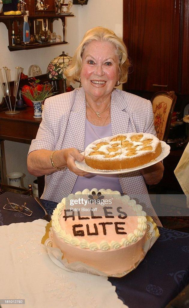 Eva Maria Bauer, Torte, Geburtstagstorte, Kuchen, Wohnzimmer, Homestory,  Schreibsekretär