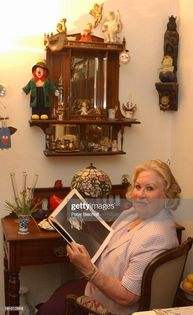 Eva Maria Bauer, Wohnzimmer, Homestory, Fotoalbum, Schreibsekretär, Möbel,  Hamburg