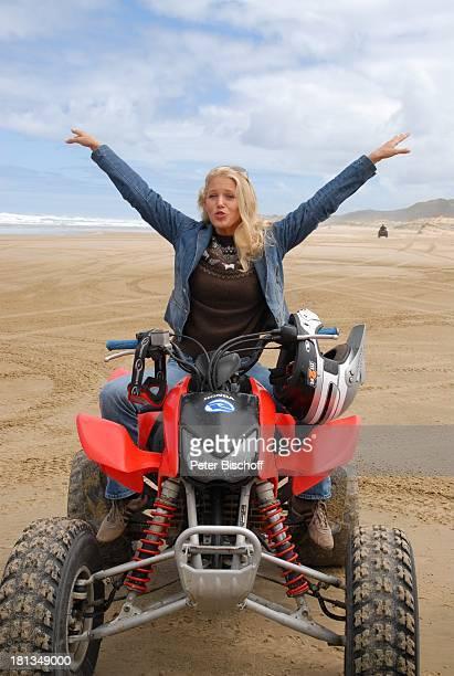 "Eva-Maria Grein, Dreharbeiten zur ZDF-Reihe ""Kreuzfahrt ins Glück"", Folge 2: ""Hochzeitsreise nach Neuseeland"", ""90-Miles-Beach"", Nordinsel,..."