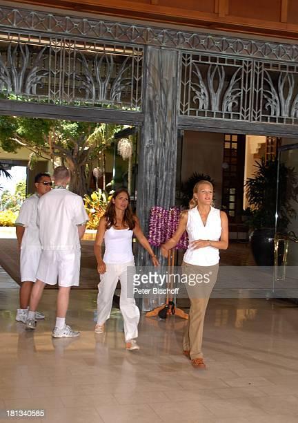 """Eva-Maria Grein , Katja Woywood, Hotel-Angestellte, Dreharbeiten zur ZDF-Reihe """"Kreuzfahrt ins Glück"""", Folge 3: """"Hochzeitsreise nach Hawaii"""", Grand..."""