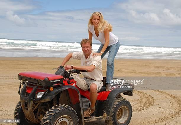 EvaMaria Grein Patrik Fichte Dreharbeiten zur ZDFReihe Kreuzfahrt ins Glück Folge Hochzeitsreise nach Neuseeland 90MilesBeach Nordinsel Neuseeland...