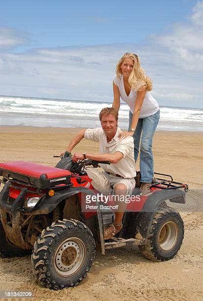 """Eva-Maria Grein, Patrik Fichte , Dreharbeiten zur ZDF-Reihe """"Kreuzfahrt ins Glück"""", Folge: """"Hochzeitsreise nach Neuseeland"""", """"90-Miles-Beach"""",..."""