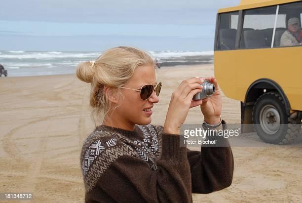 EvaMaria Grein Teammitglied Dreharbeiten zur ZDFReihe Kreuzfahrt ins Glück Folge 2 Hochzeitsreise nach Neuseeland 90MilesBeach Nordinsel Neuseeland...