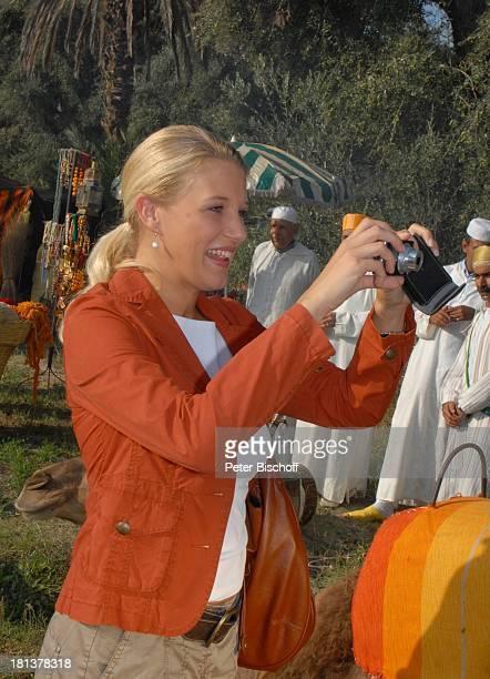"""Eva-Maria Grein , ZDF-Reihe """"Kreuzfahrt ins Glück"""", Folge Nr. 9 """"Marokko"""", Palmeraie , Marrakesch, Marokko, Nordafrika, Afrika, Kamera,..."""