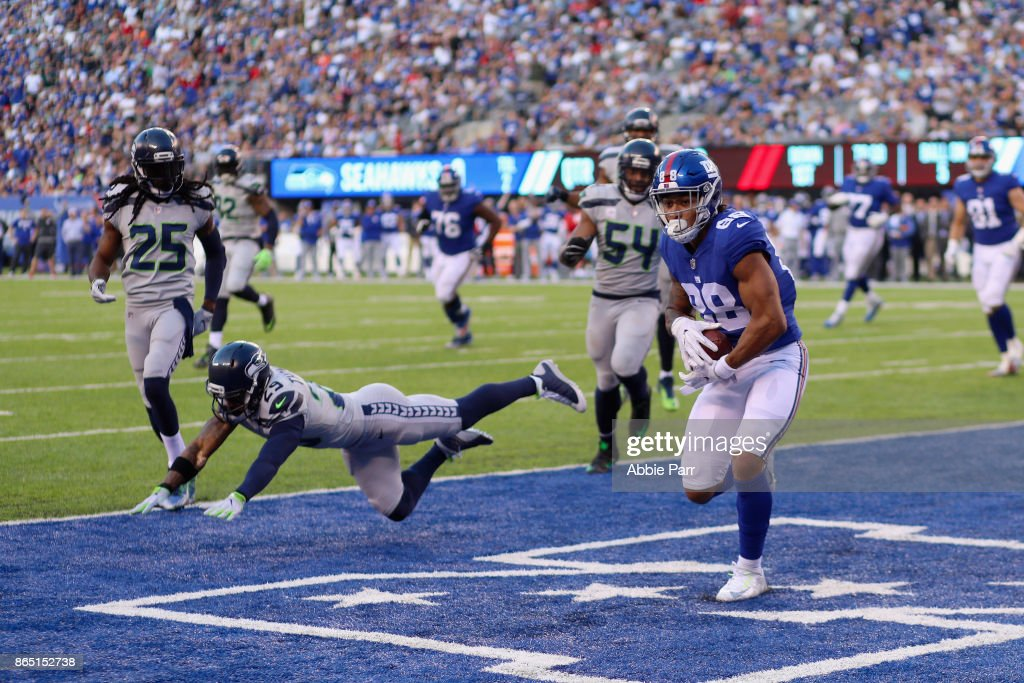 Evan Engram #88 of the New York Giants runs 5-yards to score a touchdown against the Seattle Seahawks during the second quarter of the game at MetLife Stadium on October 22, 2017 in East Rutherford, New Jersey.