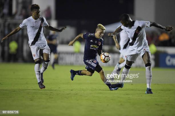 Evander and Erazo of Vasco da Gama struggles for the ball with Yeferson Soteldo of Universidad de Chile during a Group Stage match between Vasco and...