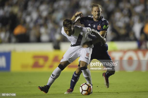 Evander of Vasco da Gama struggles for the ball with Felipe Seymour of Universidad de Chile during a Group Stage match between Vasco and Universidad...