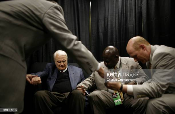 Evangelist Billy Graham prays during the Metro Maryland 2006 Festival on July 9 2006 at Oriole Park at Camden Yards in Baltimore Maryland Franklin...