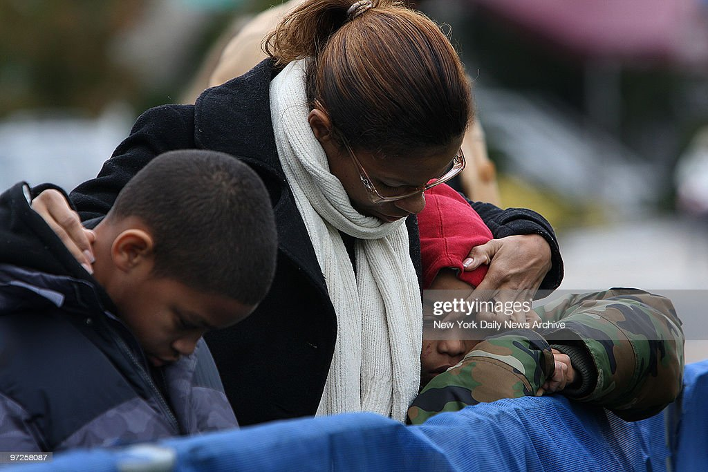 Evelin Diaz (c.) with her sons Elvin Mateo,9, (l.) and Kelvi : News Photo