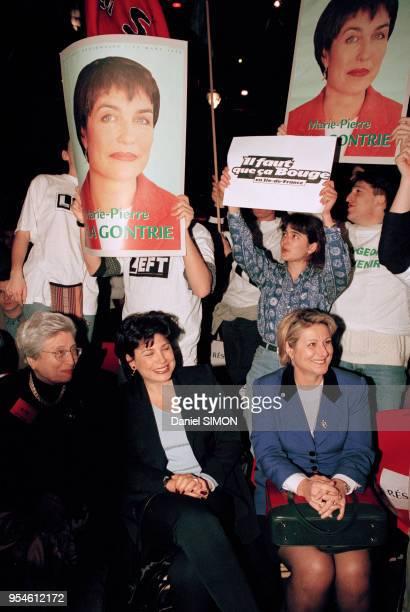 Evelyne Duval secrétaire de Dominique StraussKahn avec Laure Sainclair lors du meeting de la gauche pour les Régionales au Zénith le 5 mars 1998 à...