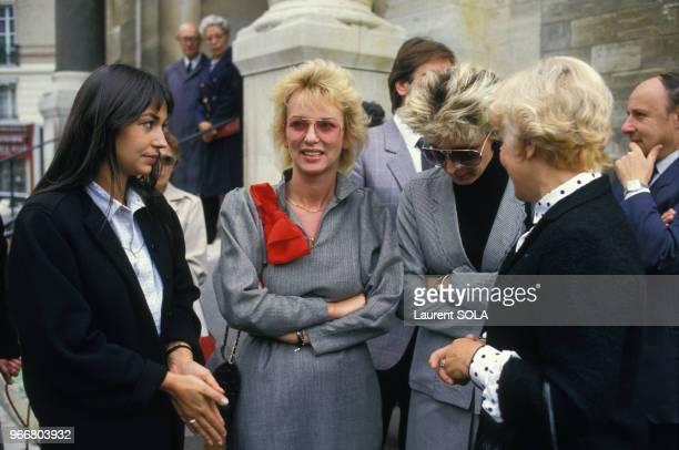 Evelyne Leclercq et Evelyne Dhéliat lors des obèques de Jacqueline Huet le 15 octobre 1986 à Paris France