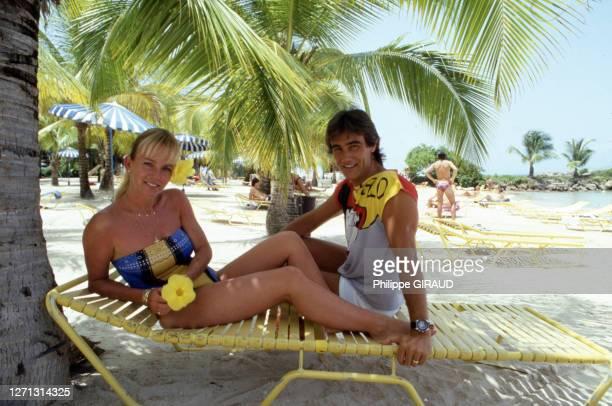 Evelyne Leclercq et son ami en vacances sur une plage en juin 1986 en Guadeloupe