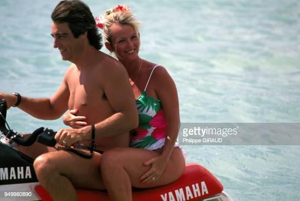 Evelyne Leclercq fait du scooter des mers avec son mari pendant ses vacances à la Guadeloupe le 10 janvier 1989
