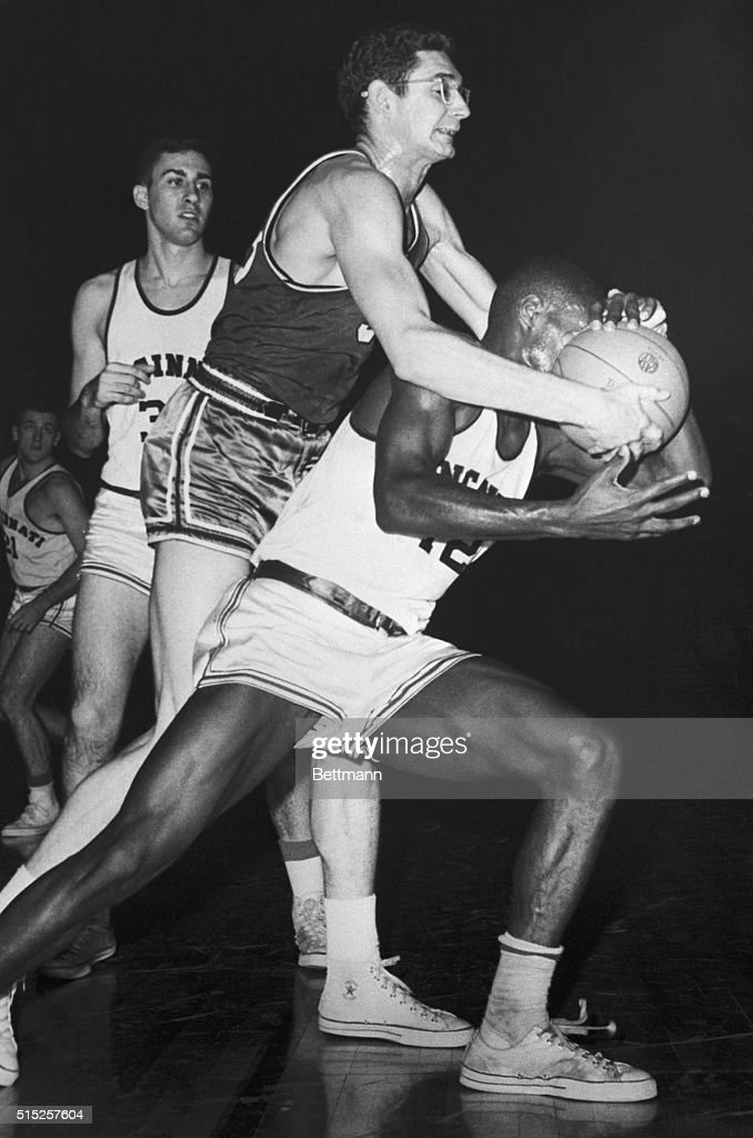 Basketball Player Oscar Robertson During College Game : ニュース写真