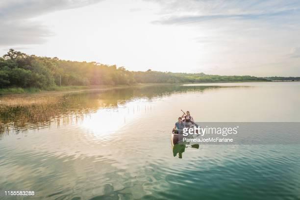 's avonds kanoën, duizendjarige multi-etnische zusters peddelen in lagune natuurreservaat - nature reserve stockfoto's en -beelden