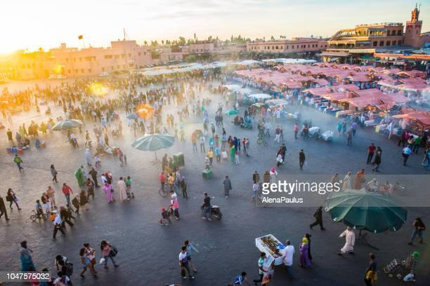 noche djemaa el fna con mezquita de koutoubia, marrakech, marruecos  - villa asentamiento humano fotografías e imágenes de stock