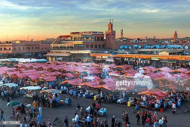 Abend Djemaa El Fna-Platz mit der Koutoubia-Moschee, Marrakesch, Marokko