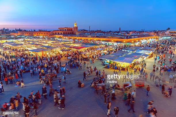 sera, piazza jamaa el fna con moschea koutoubia, marrakech, marocco - marrakesh foto e immagini stock