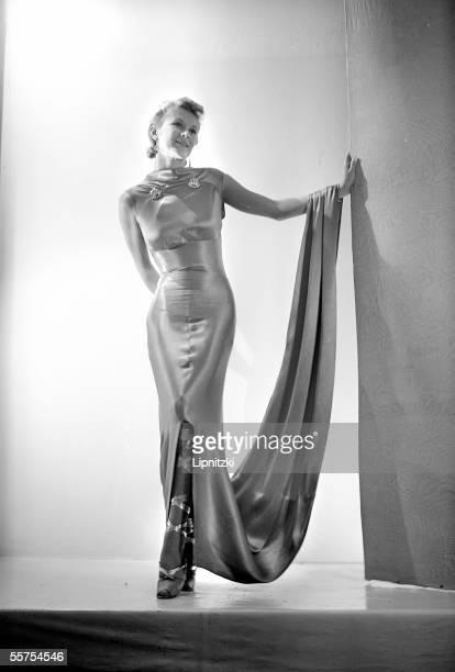 Evening dress and ballerinas laced of Schiaparelli. Paris, August, 1937. RV-733473.