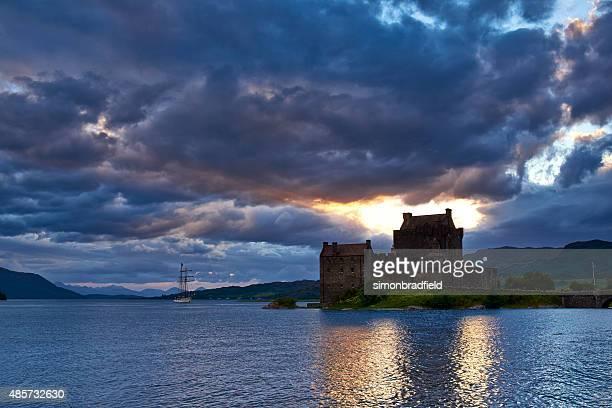 luz de noche a eileen donan castillo - islas de gran bretaña fotografías e imágenes de stock