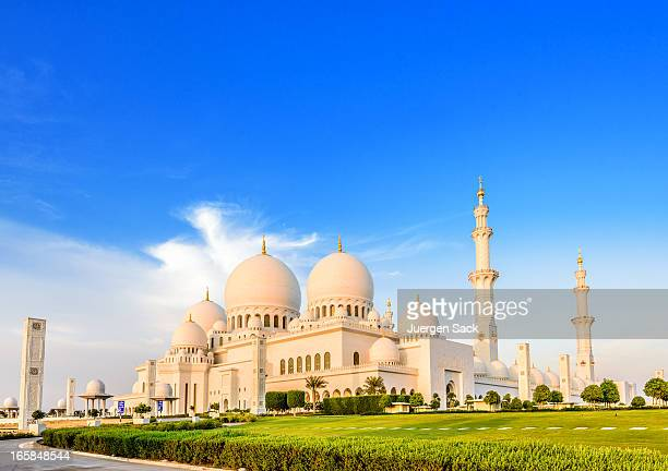 evening light at the sheikh zayed mosque in abu dhabi - sheikh zayed mosque stock pictures, royalty-free photos & images