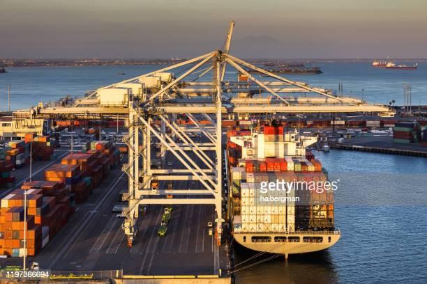 ロングビーチ港のクレーンとコンテナ船の夕光 - ロサンゼルス港 ストックフォトと画像