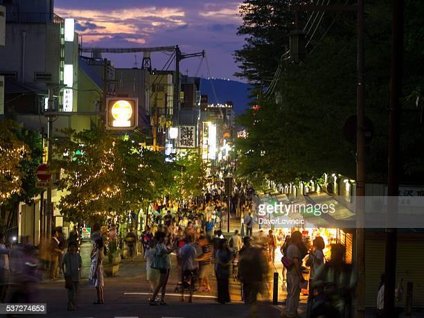 夜に通りの奈良 - 奈良市 ストックフォトと画像
