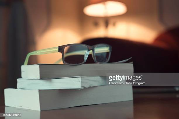 evening reading - lunettes de lecture photos et images de collection