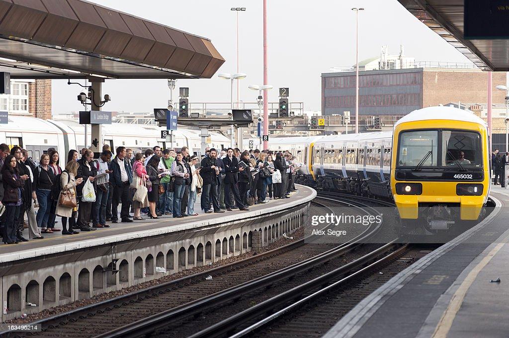 Rush hour at London Bridge train station : News Photo