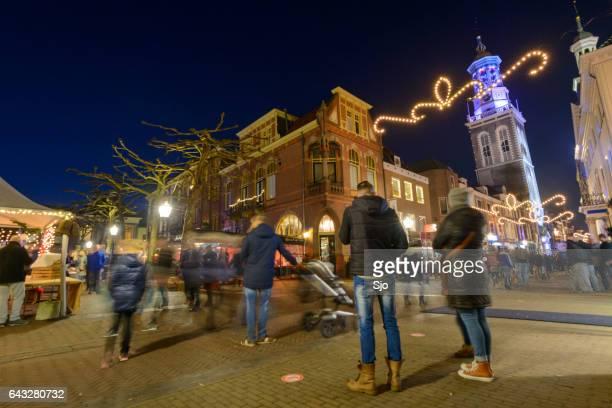 Kvällen shoppinggatan av Kampen i Overijssel, Nederländerna