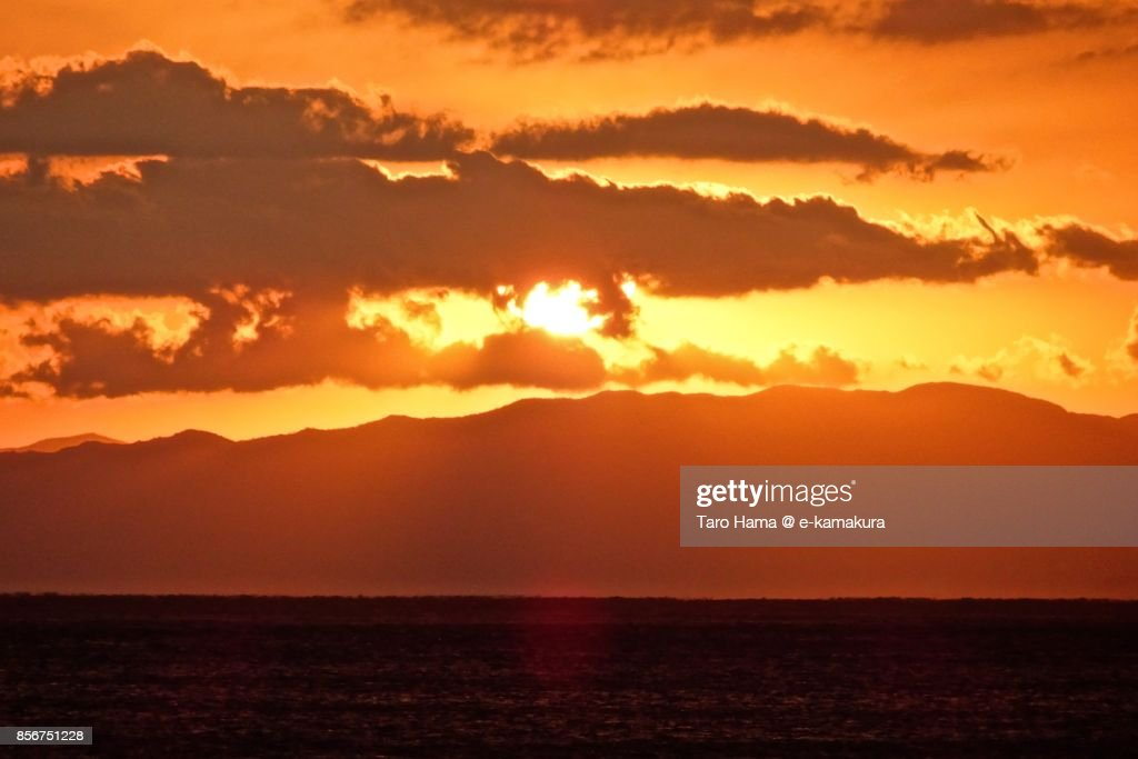Evening sun and sunbeam on Sagami Bay and Izu Peninsula in the sunset : ストックフォト