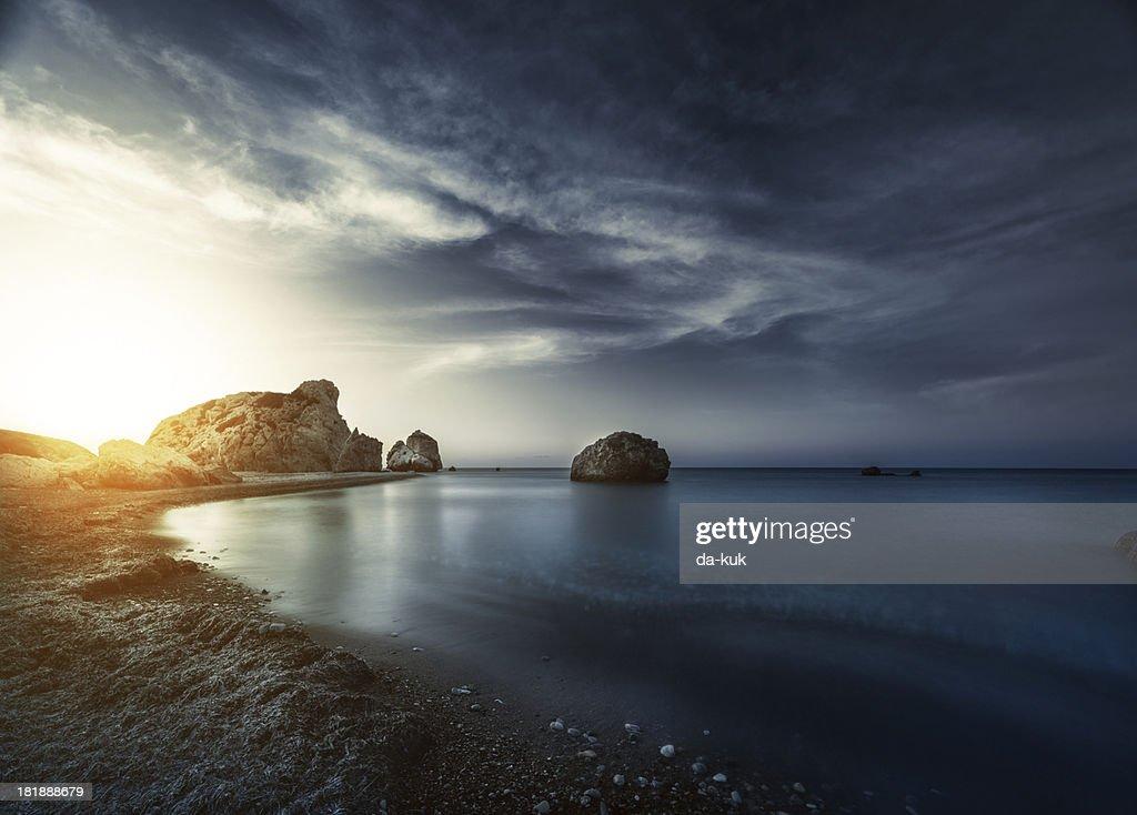 Noite pôr do sol sobre o mar : Foto de stock