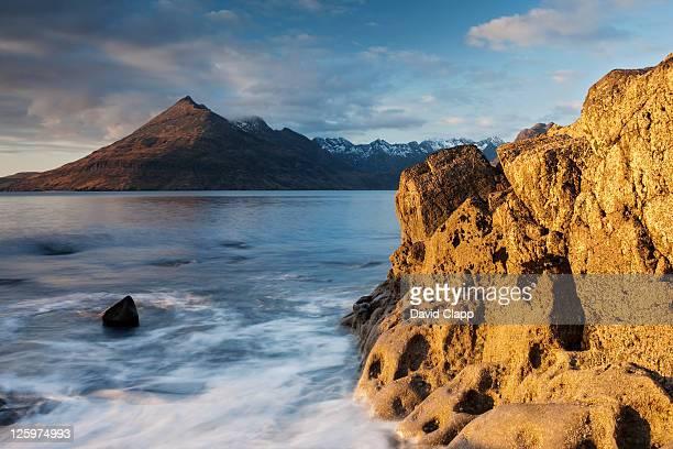 evening sunshine on elgol beach on the isle of skye, scotland, uk - newpremiumuk stock pictures, royalty-free photos & images
