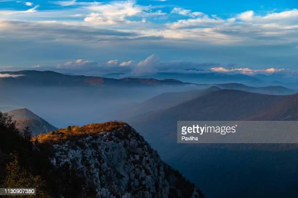 vue du soir de sabotin vers les alpes juliennes, primorska, slovénie, europe - slovénie photos et images de collection
