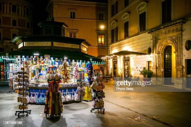 una vista serale di un'edicola vicino a piazza navona nel centro di roma - centro storico foto e immagini stock