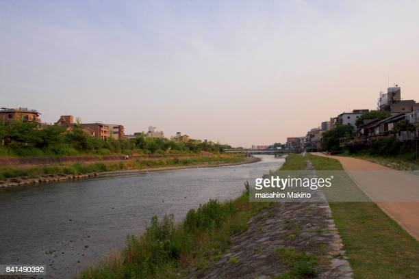 evening view of kamo river, kyoto city - riverbank - fotografias e filmes do acervo