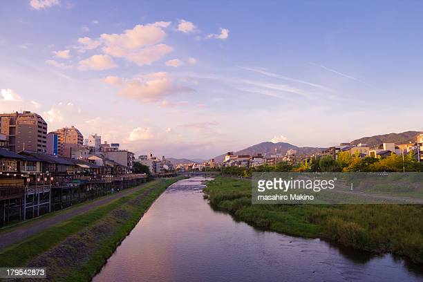 evening view of kamo river - fluss kamo stock-fotos und bilder