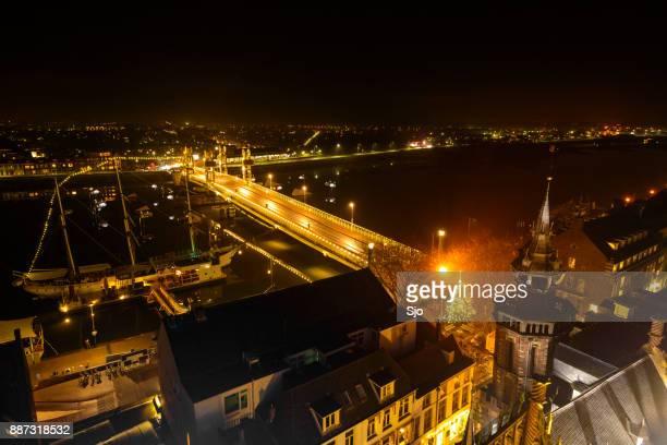 Weergave van de avond op Kampen in Overijssel met de brug van de stad over de rivier de IJssel